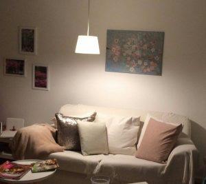 Blütenzweig über Sofa